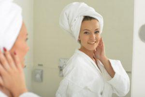頭にタオルを巻いた女性の写真