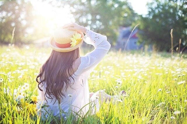 花畑にいる女性の写真