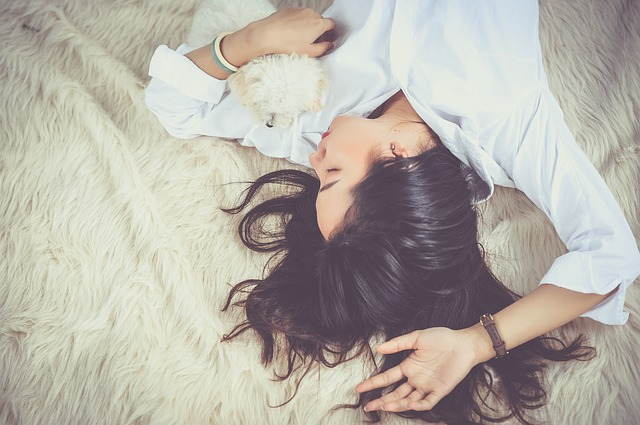 リラックスしている女性の写真