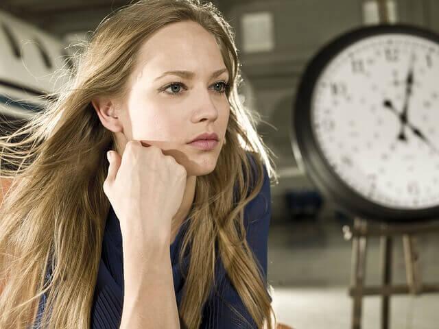 時計と髪のキレイな女性の写真
