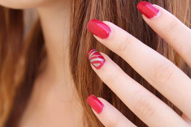 女性の手と髪の毛の写真