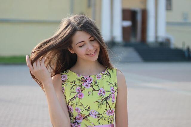 髪を触る女性の写真