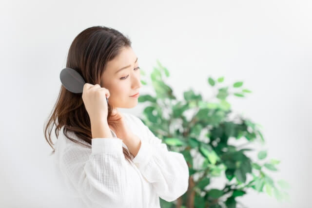 髪をとかす女性の写真