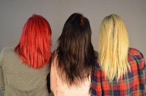 髪色の違う女性の写真