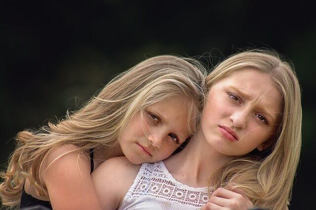 悩んでいる2人の女の子の写真