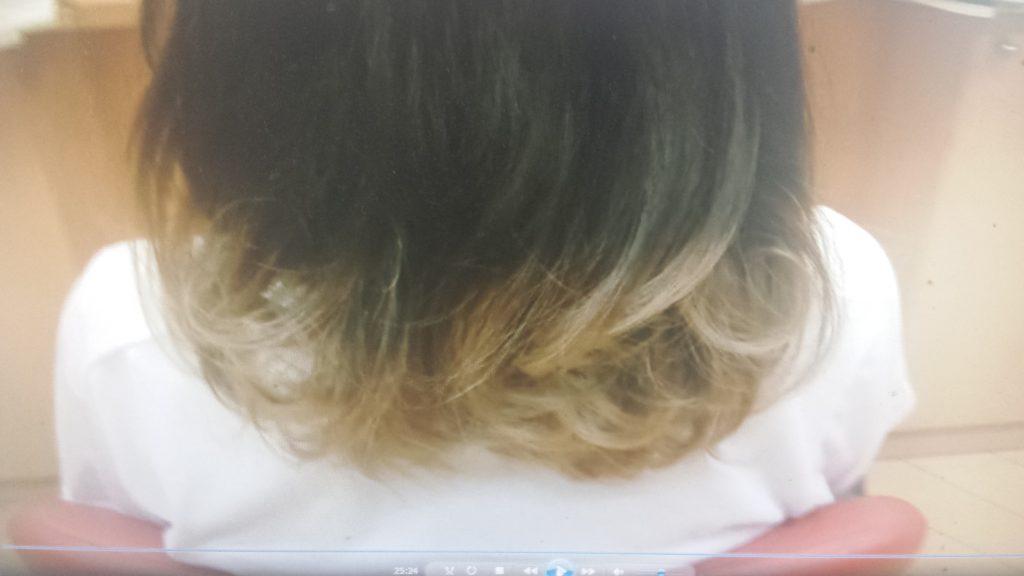 グラデーションカラーをした人間の髪の毛