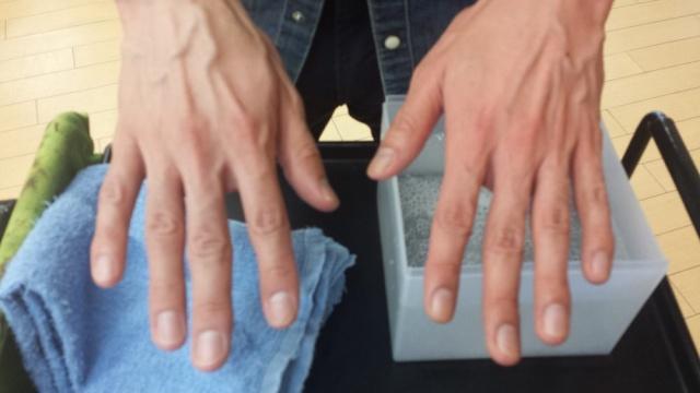 炭酸水から出した両手の写真
