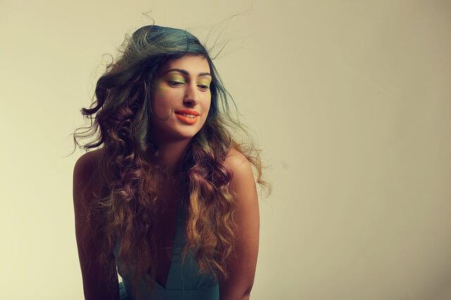 グラデーションカラーの髪の長い女性の写真