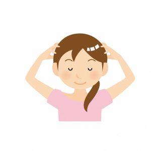 頭をマッサージしている女性の写真