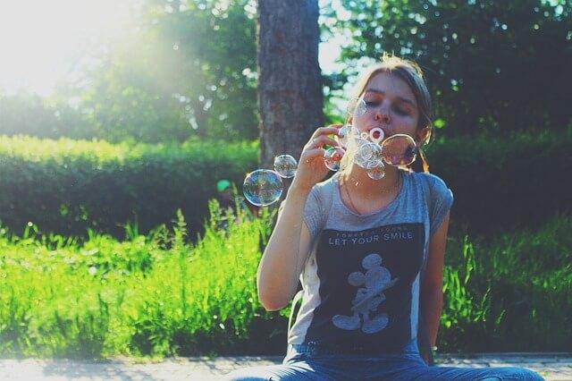 泡で遊ぶ女性の写真