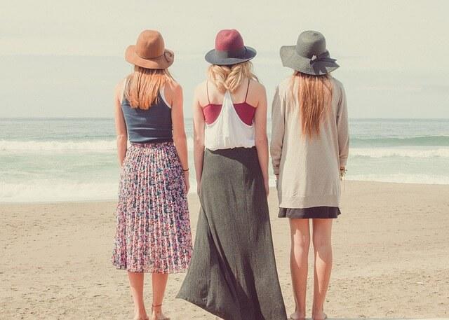 海の前で立つ女性3人