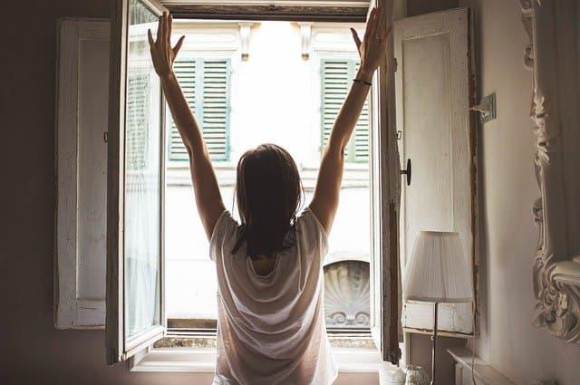 朝起きた女性
