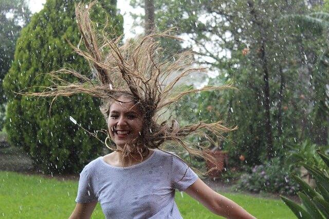 髪の毛が濡れている女性の写真
