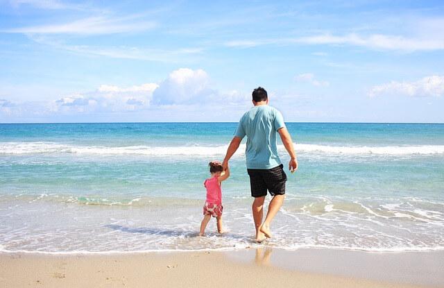 海で海水浴する親子の写真