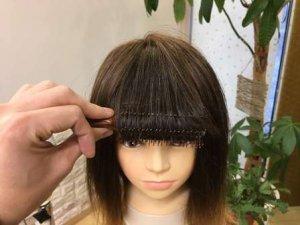 ブラシを使って前髪カールを作っている写真