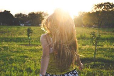 髪の毛の長い女性の写真