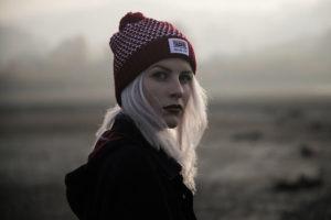 灰色の髪の毛の女性の写真