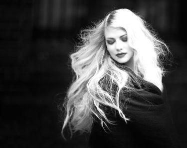 色の抜けた髪色の女性の写真
