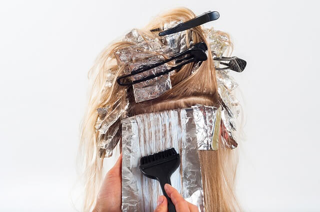 ヘアカラーをしている女性の写真