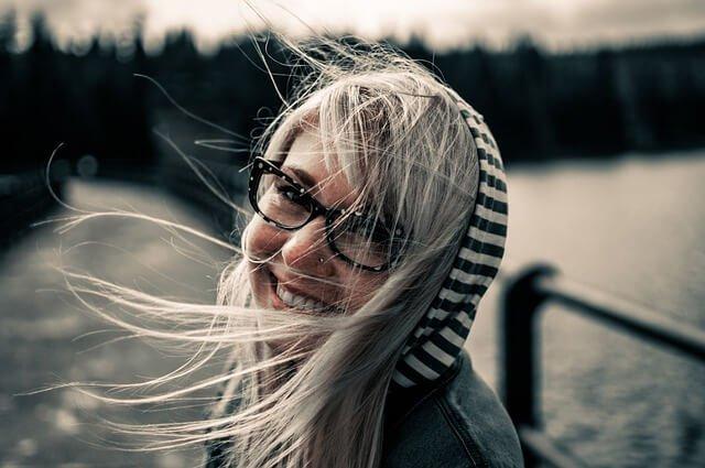 明るくなっている女性の写真