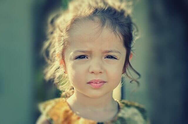 困っている女の子の写真