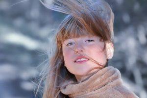 髪の毛がなびいている女性の写真