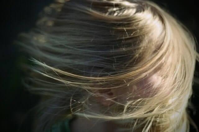 サラサラな髪の毛の女性の写真
