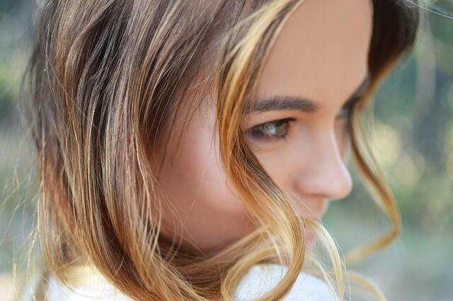 カールヘアの女性の写真