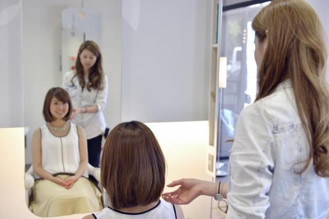 お客さんとカウンセリングしている美容師の写真