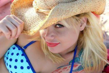 カラーで髪の明るい女性の写真