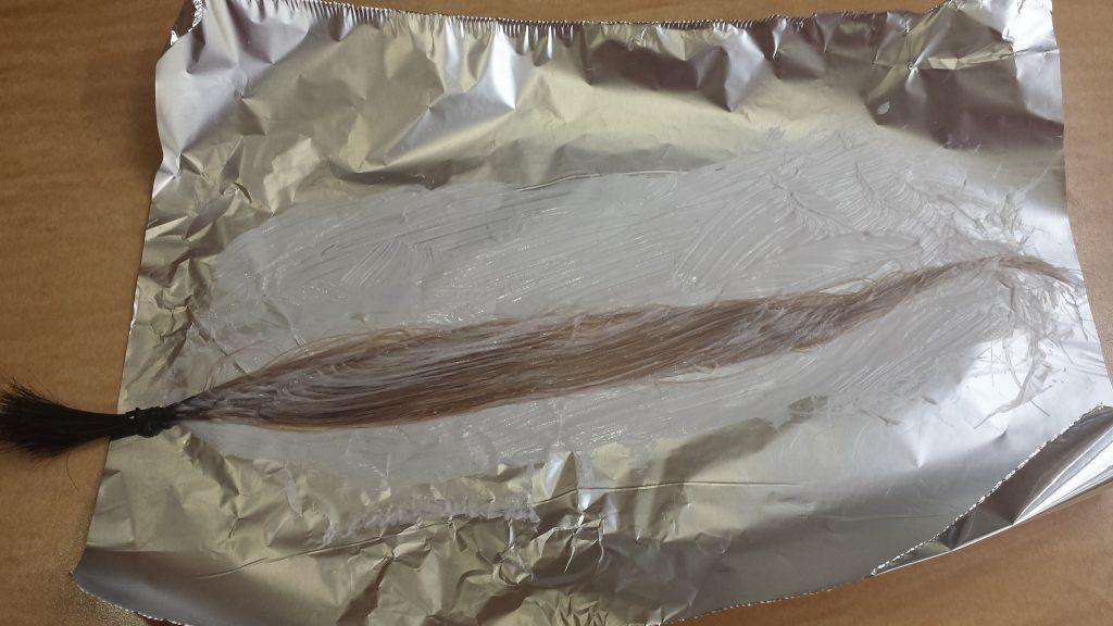 アッシュグレーカラーで染ている最中の毛束 ブリーチ2回
