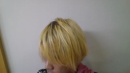 加工前の明るい髪色の写真
