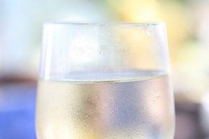 グラスに入った炭酸水の写真