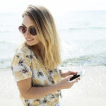 浜辺にいる女性の写真