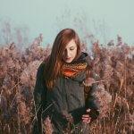 ヘアカラーしてある女性が写った秋のイメージ写真