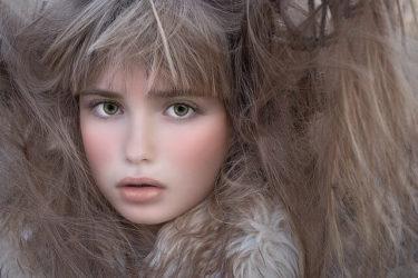 グレーカラーの髪色の女性の写真