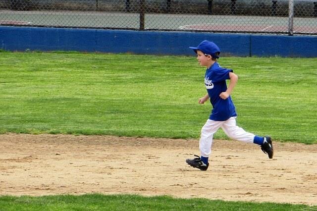 野球している少年の写真