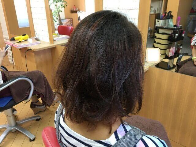 毛先ブリーチされている髪の毛をアッシュグレーで染めた写真