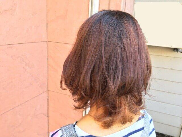 毛先がブリーチされている髪の毛をアッシュグレーでそめた写真外で撮影