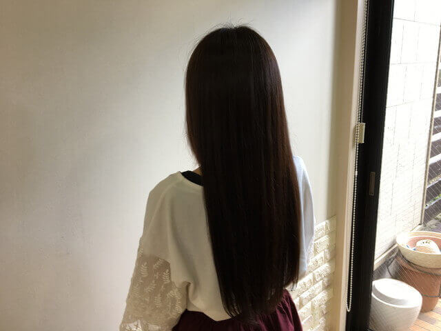 アッシュグレーで染めた髪の毛の写真