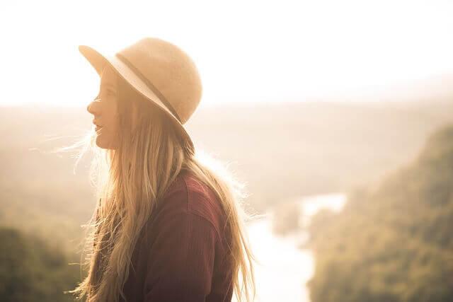 帽子を被る女性の写真