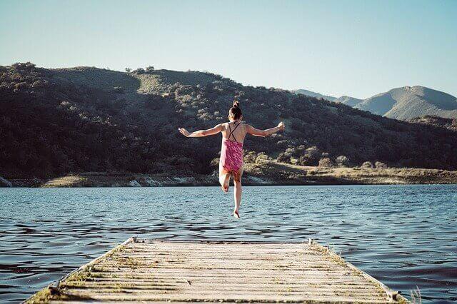 飛び跳ねる女性の写真
