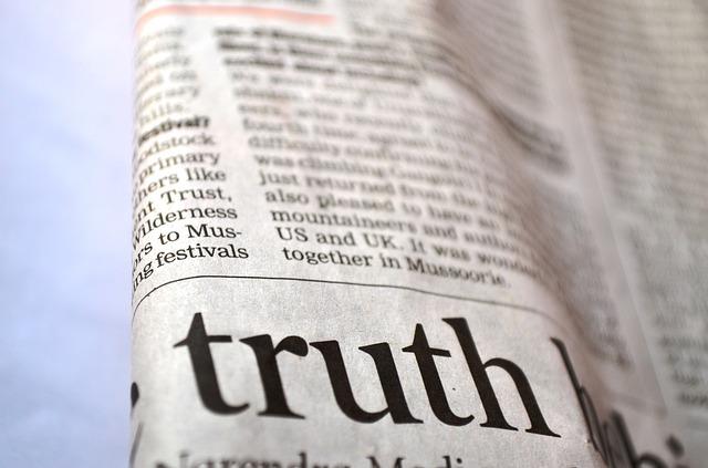 真実という文字が書かれた新聞紙