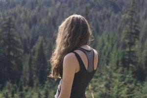 パーマされている髪の毛の長い女性の写真