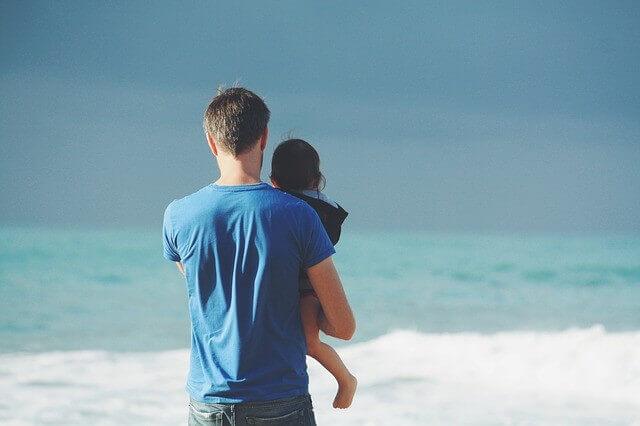 海の前にいる親子の写真