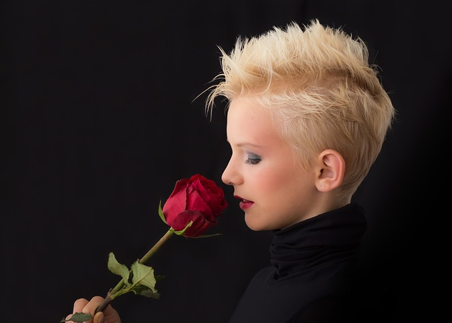 ブリーチで髪の毛が明るくなっている女性の写真
