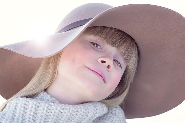 髪の毛の明るい女の子の写真