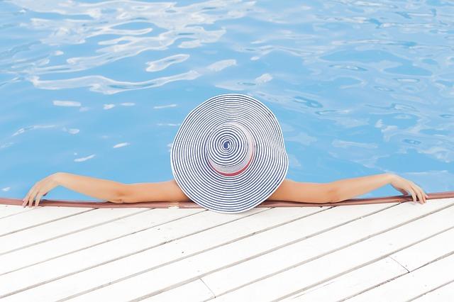 プールでリラックスする女性の写真
