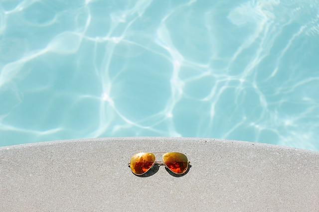 プールに置かれたサングラスの写真