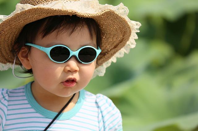 紫外線から目を守る子供の写真